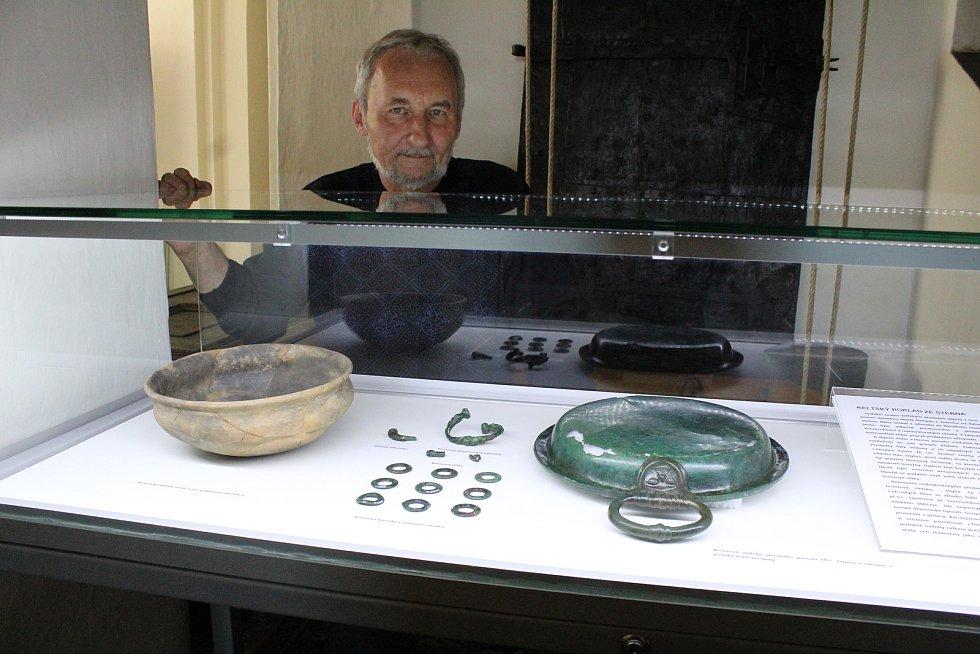 Archeoolog žateckého muzea Petr Holodňák u výstavky keltského pokladu. Vpravo je bronzová nádoba – teglia.