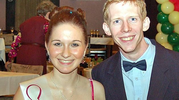 Ivana Balkovska a Dan Zíbrt z Postoloprt, vítězové celostátní přehlídky divadelních ochotníků, na archivním snímku z maturitního plesu v lednu 2011.