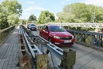 U Břežan poblíž Budyně a nyní se jezdí po provizorním mostu
