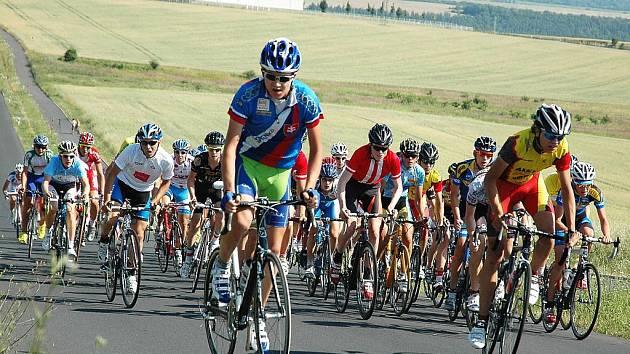 Cyklistický Mléčný závod, měření sil kadetů z celé Evropy, se jel v okolí Loun. Domácí závodníci Stadionu Louny jsou v červených dresech Exe.