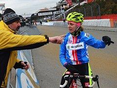 Lounská Martina Mikulášková v rozhovoru s trenérem Milanem Chrobákem při tréninku před závodem MS v Zolderu.