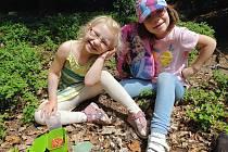 Děti Lidka a Anička nasbíraly první lesní plody letošní sezony v lesích v oblasti Markvarce u Loun.