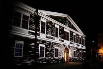 Festival Kouzlo světla v Lounech. Promítání na budovu knihovny
