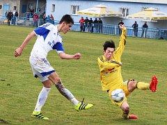 Fotbalisté Loun (v bílém) ovládli zápas s Litvínovem. Oslavili výhru 6:0.