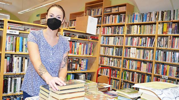 Lounská knihovna v době lockdownu.