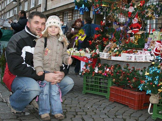 Eliška Paurová s tatínkem Milanem vybírají zboží na nedělní adventní slavnosti na Mírovém náměstí v Lounech.