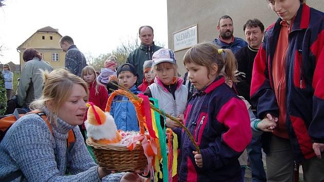 Kateřina Foltýnová (vpravo) recituje říkanku na soutěžní stezce v Peruci.