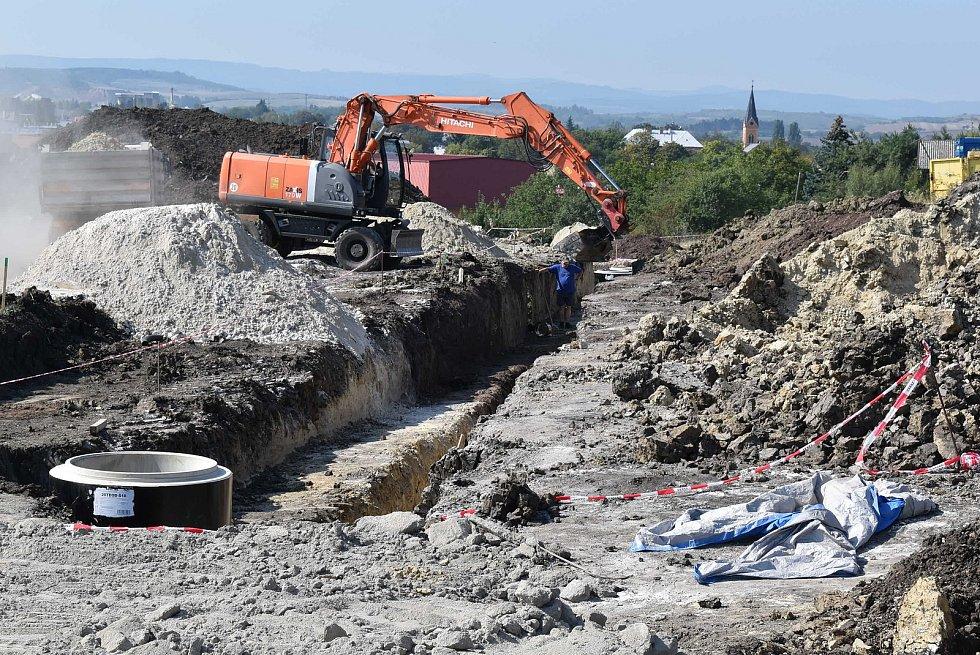 V lokalitě Na Lišce v Podbořanech vzniknou stavební parcely. V současné době se tam pokládá kanalizace.