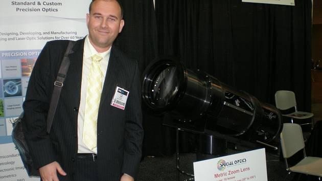 Pavel Pintr na mezinárodní výstavě optických přístrojů v USA v Baltimoru. V pozadí je světelný dalekohled pro pozemní pozorování vzdálených cílů určených pro armádu USA.