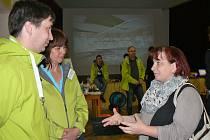 Jitka Kantová z Lubence (vpravo) v diskuzi se zástupci SÚRAO na schůzce v Blatně.