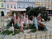 Na náměstí Svobody v Žatci spadl v neděli 11. prosince vánoční strom