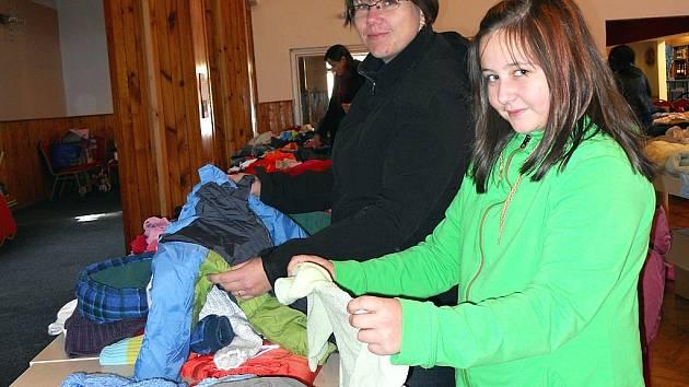 Ivana Šťastná s dcerou Annou vybírají zboží při říjnové burze v žateckém Lidovém domě. Teď mají maminky burzu v Podbořanech.