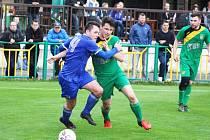 Fotbalisté Žatce (v zeleném) v duelu s týmem Hrobců.