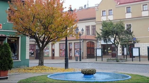 Kašna na kruhovém náměstí v Žatci.