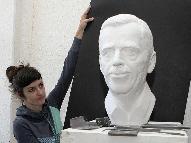 Alžběta Kumstátová připravuje bustu Václava Havla