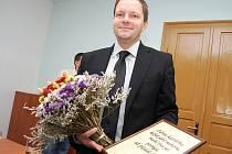 Senátor Marcel Chládek v nové žatecké kanceláři.