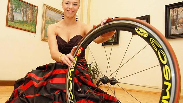 Blšanská cyklistka Lucie Záleská, velká olympijská naděje, odpočívá po sezoně. Při focení pro Deník v žatecké Křížově vile dokázala, že jí to nesluší jen na kole a rychlých oválech, ale také jako dámě.