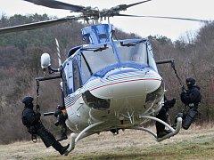 Cvičení krajské policejní zásahovky s vrtulníkem v Nečichách u Loun.