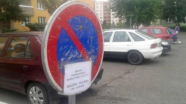 Na obnovu dopravního značení upozorňují už několik dní na sídlišti přenosné značky.