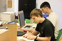Dobrovolníci pracují na digitalizaci německého archivu.