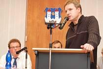 Podbořanský zastupitel Leo Peterka hovoří ke kolegům.