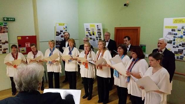 Pěvecký sbor Harmonie při vernisáži v lounské knihovně.