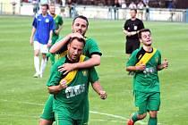 Vítězslav Hankocy (nahoře), Richard Zelinka a Pavel Hassman - radost hráčů Žatce na archivním snímku.