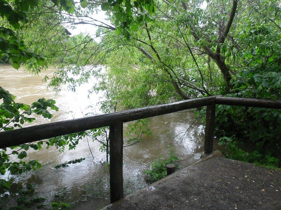 Úterý 4. 6. 2013. Pohled z ulice Pod Šancemi v Lounech na řeku Ohři