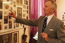 Václav Štefl vypráví o historii Vršovic na víkendové výstavě.