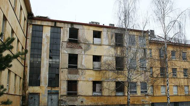 Chátrající bývalé štábní budovy v Zahradním městě v Lounech