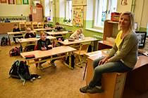 Po více než dvou měsících se v pondělí 25. května vrátily do školních lavic děti prvních stupňů základních škol. Do ZŠ Komenského alej v Žatci přišla asi polovina školáků, ostatní se dál učí na dálku z domovů. Ve škole se dodržují ministerstvem doporučená