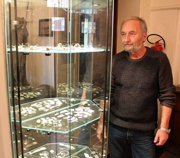 Vedoucí archeologického oddělení žateckého muzea Petr Holodňák uvystavených nálezů.