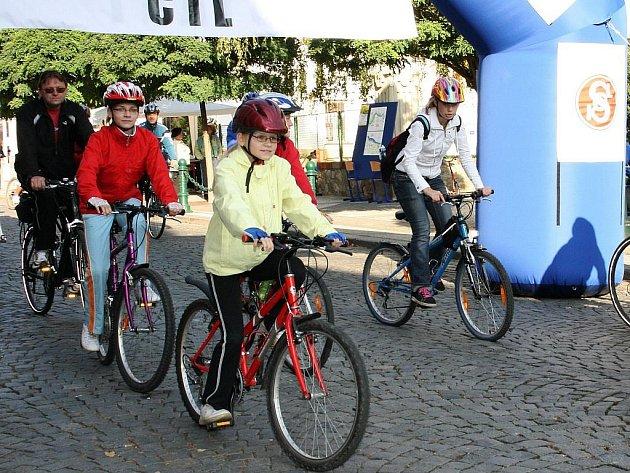 Cyklisté dorážejí do cíle v centru Loun při tradiční humanitární sportovní akci Běh naděje