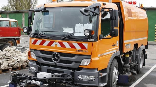 Nové vozidlo značky Mercedes s nástavbou Faun slouží v Lounech