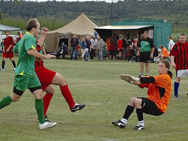 Měcholupský Kočina v červeném dresu střílí vedoucí branku svého mužstva  do sítě Sokola Čeradice na turnaji v Kněžicích v utkání, které skončilo 2:2.