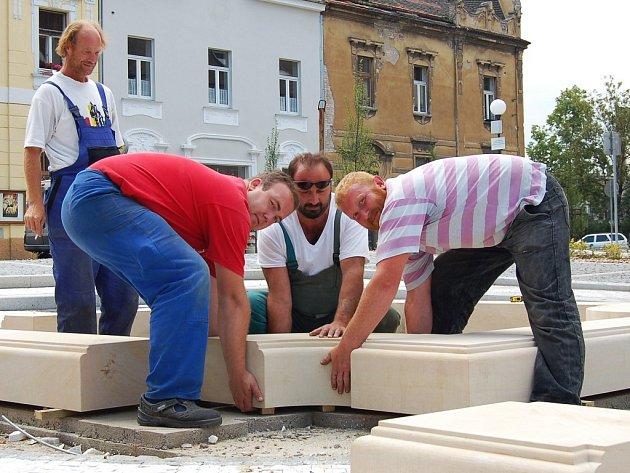 Martin Jeremiáš, Zdeněk Buk a Milan Kundela (vpředu zprava) vytvářejí základy budoucí kašny na Náměstíčku v Lounech.