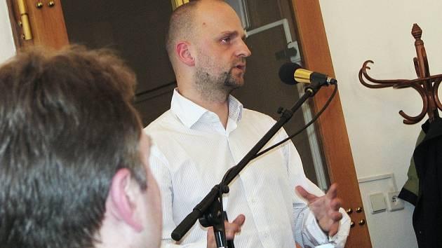 Právník města Žatec Jan Křivánek hovoří na zasedání zastupitelů.