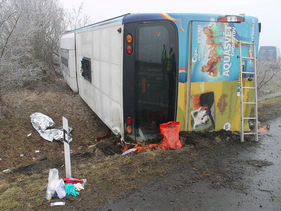Nehoda autobusu s dětmi u Panenského Týnce si vyžádala na čtyři desítky zraněných