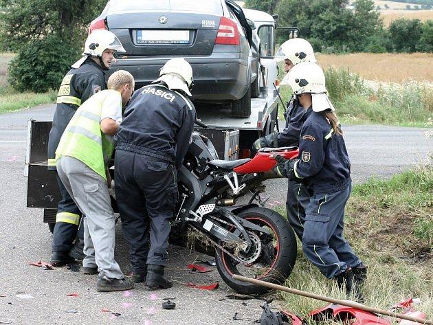 Hasiči odklízejí následky sobotní nehody u Charvatců.