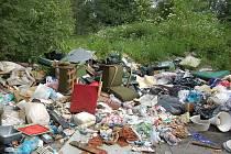 Skládka odpadků nedaleko Deštnice a Velké Černoce na Žatecku