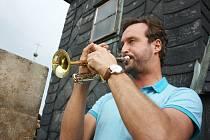 Karel Vencour, člen Severočeské filharmonie Teplice a lounský rodák, se chopil role trubače a z věže chrámu odtroubil začátek programu v kostele sv. Mikuláše.