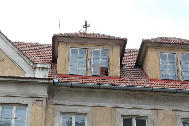 Zanedbaný dům v Podbořanech.