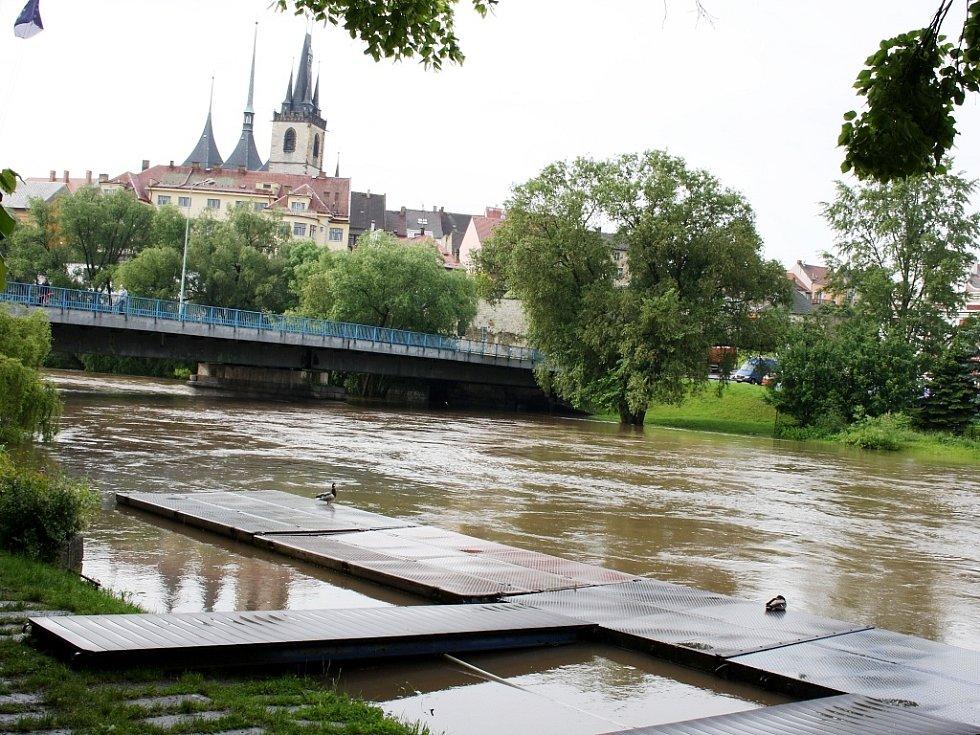 Rozvodněná Ohře v Lounech 4. 6. 2013. Pohled na most Veslařů