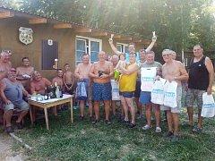Šest a půl metru ryb nachytal Jan Koška (uprostřed s poháry) na rybářském klání ve Vadkovicích u Nechranické přehrady. Zvítězil tak v soutěži o nejdelší nachytanou rybu, které se účastnilo celkem patnáct rybářů.