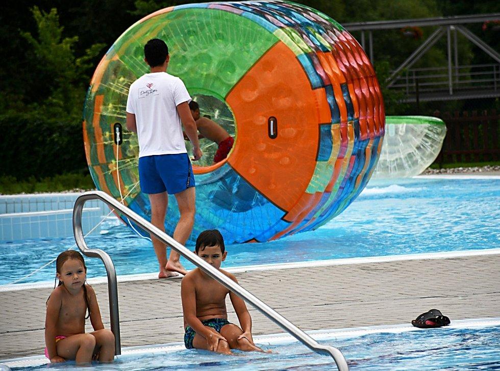 Zábavné odpoledne na lounském koupališti nabídlo hry a vodní radovánky.