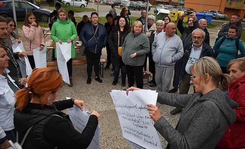Radnice připravila na úterní podvečer setkání s obyvateli žateckého sídliště Jih 3. Konalo se vedle obchodního centra Norma, dorazily desítky lidí.
