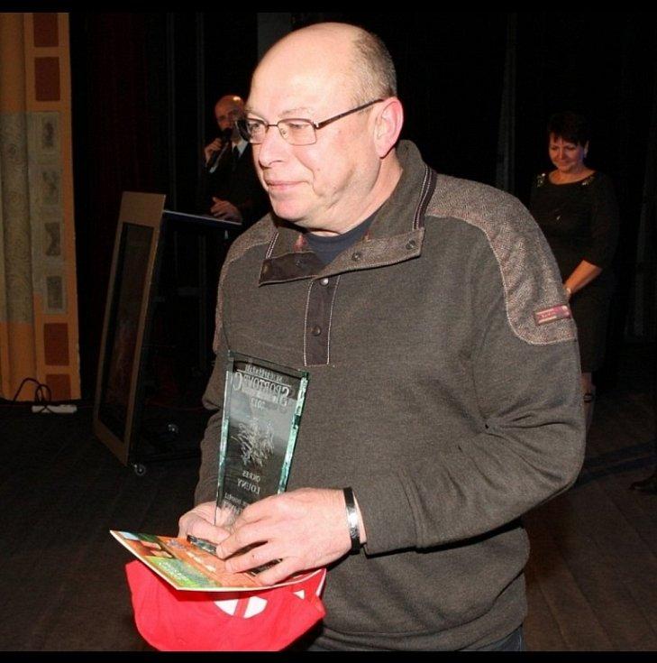 Pavel Záleský si odnáší plaketu za ocenění jeho dcery Lucie v anketě Nejúspěšnější sportovec okresu Louny za rok 2012.