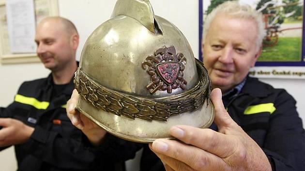 Jaromír Kačírek ukazuje dochovanou historickou helmu z roku 1906.