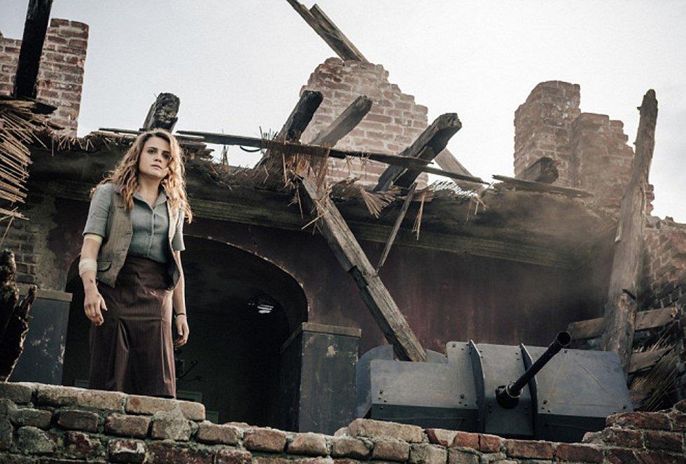 Mala Emde ve snímku Shadowplay, který se natáčel v cukrovaru v Lenešicích.