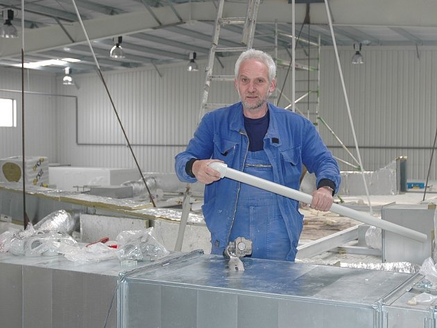 Vladimír Moravec pracuje ve vznikající hale v Lounech.